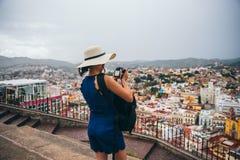 September 22, Mexico: Kvinna med en hatt som tar en bild av staden från en synvinkel i bergen i Guanajuato, September 22, arkivfoto