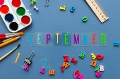 1. September Monat des Herbstes Zurück zu Schule-Konzept Lehrer- oder Studentenarbeitsplatzhintergrund mit Schulbedarf an Lizenzfreies Stockfoto