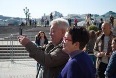 September 2017 Moskau, Russland Ältere Menschen von einer Reisegruppe, die Fotos macht Stockfotografie