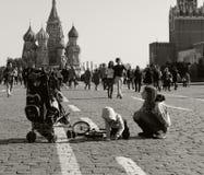 September 2017 Moskau, Russland Leute entspannen sich auf dem roten Quadrat nahe den der Kreml-Wänden Lizenzfreies Stockfoto