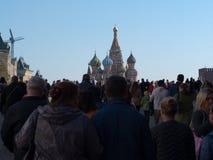 September 2917, Moskva, Ryssland Domkyrka för St-basilika` som s är hög ovanför folkmassan av folk Arkivfoto