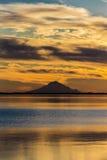 September 1, 2016, Mt-skansvulkan på Skilak sjön, spektakulär solnedgång med den slocknade vulkan i sikt, Alaska, den Aleutian Mo Royaltyfri Bild