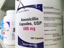 September 3 2017: ogden Utah USA som flaskan av amoxicillin sitter på hyllan, som är en populär drog för antibiotikum och infekti royaltyfri foto