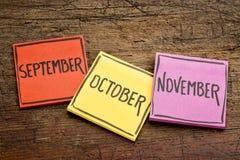 September, Oktober und November auf klebrigen Anmerkungen Lizenzfreies Stockfoto