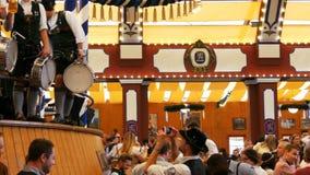 17 september, 2017 - Oktoberfest, München, Duitsland: De mensen drinken, zingen, vieren hebben pret in een biertent in Oktoberfes stock videobeelden