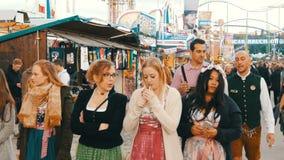 September 17, 2017 - Oktoberfest, Munich, Tyskland: folkmassa av folk som runt om världen går ölfestival nära stock video