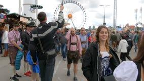 September 17, 2017 - Oktoberfest, Munich, Tyskland: folkmassan av folk som går och, har ölfestival för gyckel runt om världen lager videofilmer