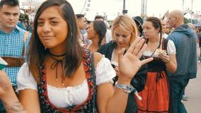 September 17, 2017 - Oktoberfest, Munich, Tyskland: folkmassan av folk som går och, har ölfestival för gyckel runt om världen arkivfilmer