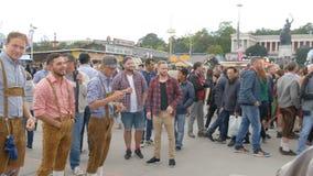 September 17, 2017 - Oktoberfest, Munich, Tyskland: Glat företag av ungdomari nationella bayerska dräkter Lederhose arkivfilmer