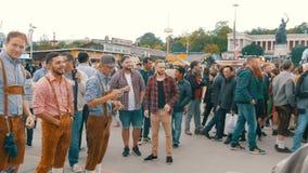 September 17, 2017 - Oktoberfest, Munich, Tyskland: Glat företag av ungdomari nationella bayerska dräkter Lederhose lager videofilmer