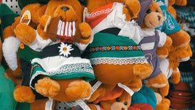 September 17, 2017 - Oktoberfest, Munich, Tyskland: Gröngölingar för stort nummer avsouvenirbjörn av mest oktoberfest tecken Värl stock video