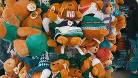 September 17, 2017 - Oktoberfest, Munich, Tyskland: Gröngölingar för stort nummer avsouvenirbjörn av mest oktoberfest tecken Värl lager videofilmer