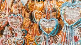 September 17, 2017 - Oktoberfest, Munich, Tyskland: Hängs mångfärgade pepparkakagarneringar för lott på Theresienwiese arkivfilmer