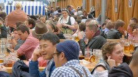 September 17, 2017 - Oktoberfest, Munich, Tyskland: Lotten av folk sitter in birgarten dricka öl från öl rånar lager videofilmer