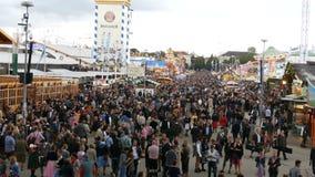 September 17, 2017 - Oktoberfest, Munich, Tyskland: sikt av den enorma folkmassan av folk som in går runt om Oktoberfesten arkivfilmer