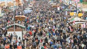 September 17, 2017 - Oktoberfest, Munich, Tyskland: sikt av den enorma folkmassan av folk som in går runt om Oktoberfesten stock video