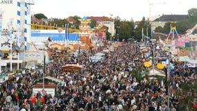 September 17, 2017 - Oktoberfest, Munich, Tyskland: sikt av den enorma folkmassan av folk som in går runt om Oktoberfesten lager videofilmer