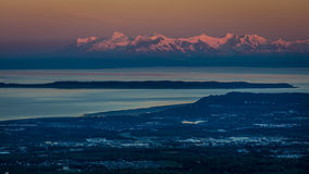 1 SEPTEMBER, 2016 - Panorama die Anchorage Alaska overzien bij zonsopgang Stock Foto