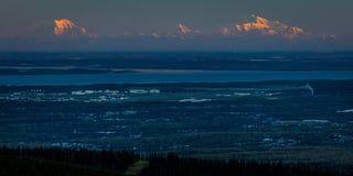1 SEPTEMBER, 2016 - Panorama die Anchorage Alaska overzien bij zonsopgang Stock Afbeelding