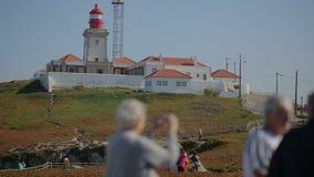 September 2015 Portugal trevlig sikt av en fyr i gruppen för roca för Portugal caboda som den gamla turist- tar piktures stock video