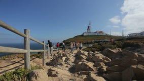 September 2015 Portugal vaggar den trevliga sikten av en fyr med havet i Portugal, torists och Royaltyfri Foto