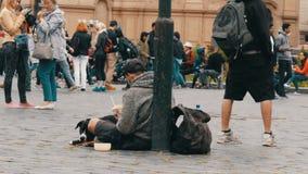 September 12, 2017 - Prague, Tjeckien: den hemlösa fattiga tiggaren frågar för allmosa i gatan förbi övergående folk tiggare stock video