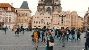 September 12, 2017 - Prague, Tjeckien: sikt på den huvudsakliga gamla stadfyrkanten och till stadshuset av Prague var många stock video