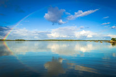 September regnbåge över den svenska sjön Royaltyfri Fotografi