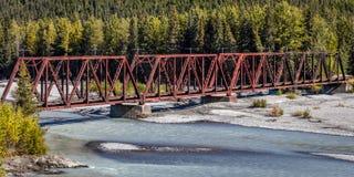 2. September 2016 - roter Rod Iron Railroad Bridge überquert alaskischen Fluss, Alaska Stockfotografie