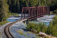 2. September 2016 - roter Rod Iron Railroad Bridge überquert alaskischen Fluss, Alaska Lizenzfreie Stockfotos