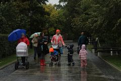 September 2018 Rusland moskou Baumanatuin Families in park royalty-vrije stock afbeelding