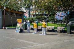 5 september, 2017 San Francisco /CA/USA - Falun Gong-liefhebbers die en informatie over de beweging in Portsmouth mediteren uitsp royalty-vrije stock foto's