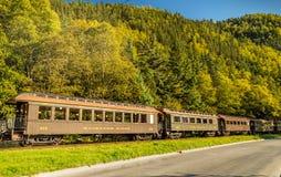 September 15, 2018 - Skagway, AK: Antika järnväg bilar för vitt passerande som tillsammans med reser kongressvägen, nära Dewey Cr royaltyfri foto