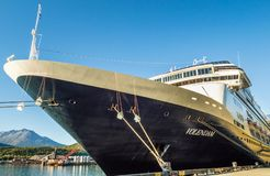 15 september, 2018 - Skagway, AK: Boog en schil van het Volendam-cruiseschip stock fotografie