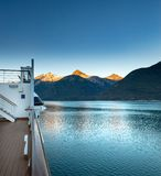 15 september, 2018 - Skagway, AK: Vroege ochtendmening van Taiya-Inham van cruiseschip royalty-vrije stock foto's