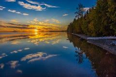 September 1, 2016, Skilak sjö, spektakulär solnedgång Alaska, den Aleutian bergskedjan - höjd 10.197 fot Royaltyfria Foton