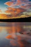 September 1, 2016, Skilak sjö, spektakulär solnedgång Alaska, den Aleutian bergskedjan - höjd 10.197 fot Arkivbild