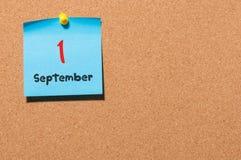 September 1st dag 1 av månaden, tillbaka till skolabegreppet Kalender på anslagstavla Höst Time Tomt avstånd för text Arkivbilder