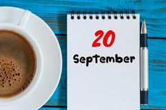 20. September Tag 20 des Monats, des Loseblattkalenders und der Kaffeetasse am Software Engineer Arbeitsplatzhintergrund Herbst Lizenzfreie Stockfotos