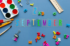 2. September Tag 2 des Monats, zurück zu Schulkonzept Kalender auf Lehrer- oder Studentenarbeitsplatzhintergrund mit Schule Lizenzfreie Stockfotografie