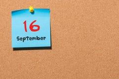 September 16th Dag 16 av månaden, färgklistermärkekalender på anslagstavla Höst Time Tomt avstånd för text Royaltyfri Bild