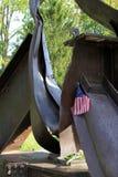 September 11th minnesmärke med den små flaggan och blommor, Saratoga Springs, New York, 2013 Arkivbild