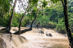 21 september, 2014: Toerist in Kuang Si Waterfalls, Laos Stock Fotografie