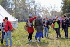 16 september, 2017, Tula, Rusland - het Internationale Militaire en Historische Festival` Kulikovo Gebied `: kijkers en deelnemer Royalty-vrije Stock Foto's