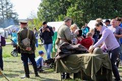 16 september, 2017, Tula, Rusland - het Internationale Militaire en Historische Festival` Kulikovo Gebied `: kijkers en deelnemer Stock Afbeelding