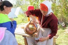 September 16 2017, Tula, Ryssland - den internationella militären och den historiska festival`en Kulikovo sätter in `: en kvinna Fotografering för Bildbyråer