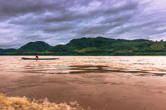 21 september, 2014: Visser in de Mekong rivier, Laos Royalty-vrije Stock Foto's