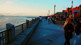 September, 2018 - Vladivostok, Primorsky Krai - Mensen wandelt op een warme de herfstdag langs de Sportendijk stock footage