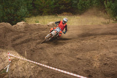 24 september 2016 - Volgsk, Ryssland, MX-motokors som springer - farlig manövermotorcykel Arkivfoto