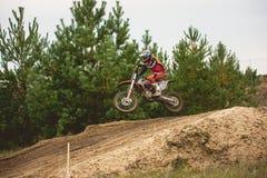 24 september 2016 - Volgsk, Ryssland, MX-motokors som springer - hoppar motorcykeln Royaltyfri Fotografi